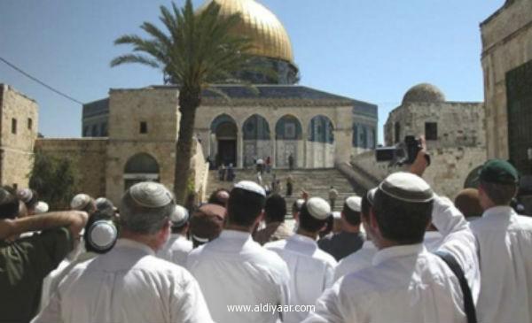 العشرات من عصابات المستوطنين اليهود يقتحمون المسجد الأقصى