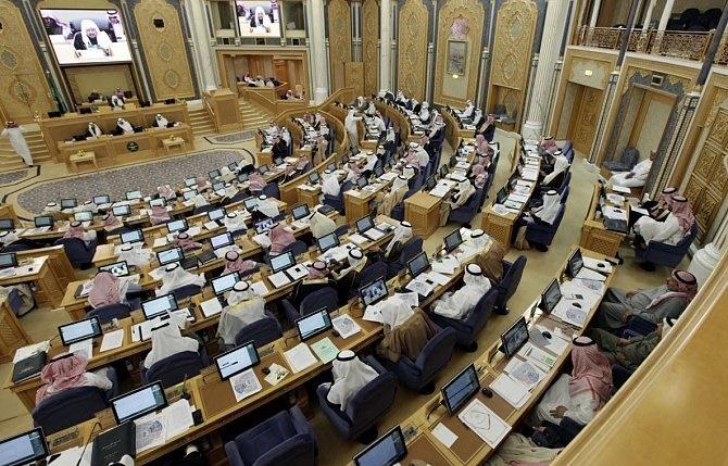 """تصريحات """"الشورى"""" عن مزايا أعضائه تستفز مواطنين: كفاكم دلع!"""