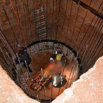 بالصور.. إنقاذ حدث سقط في حفرة صرف صحي بحائل