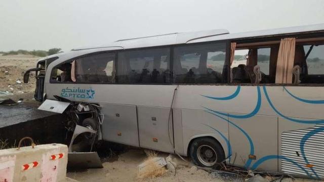 18 مصاباً جراء اصطدام حافلة بعبّارة خرسانية بالليث
