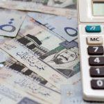 """""""النقد"""" محذرة البنوك: عدم المساس بالبدلات والمكافآت التي أعيدت لموظفي الدولة"""