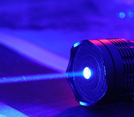 شاب يفقد بصره بعد ممازحة صديقه له بتسليط أشعة الليزر الأزرق على عينيه