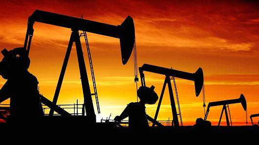 أسعار النفط تواصل تراجعها مع توقعات بزيادة الإمدادات