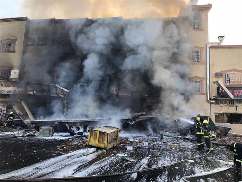بالصور.. تفحم 3 أشخاص نتيجة اصطدام شاحنة بمجمع تجاري واشتعال النيران فيه