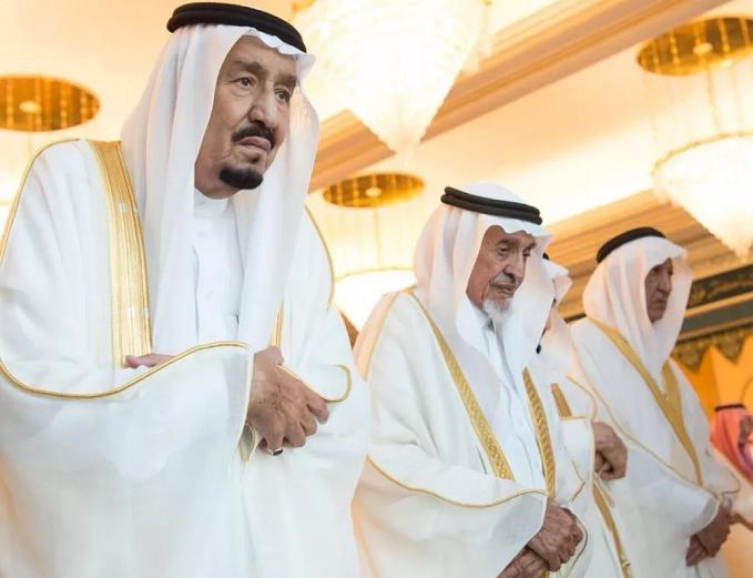 خادم الحرمين يؤدي صلاة عيد الفطر بالمسجد الحرام