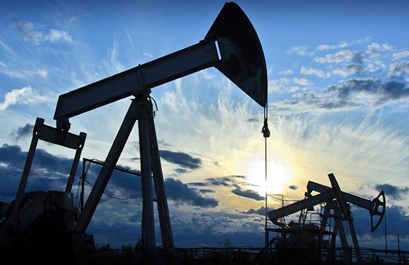 النفط يهبط بفعل ضبابية الطلب على الوقود والتحفيز الأمريكي