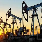 النفط يتراجع نتيجة زيادة مفاجئة في مخزونات الخام الأمريكية