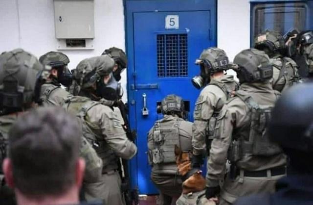 قوات الاحتلال تعتقل أربعة فلسطينيين من بلدة العيسوية شرقي القدس
