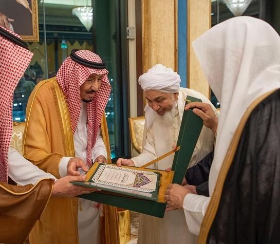 86670d7db خادم الحرمين يتسلم وثيقة مكة المكرمة الصادرة عن المؤتمر الدولي حول قيم  الوسطية والاعتدال