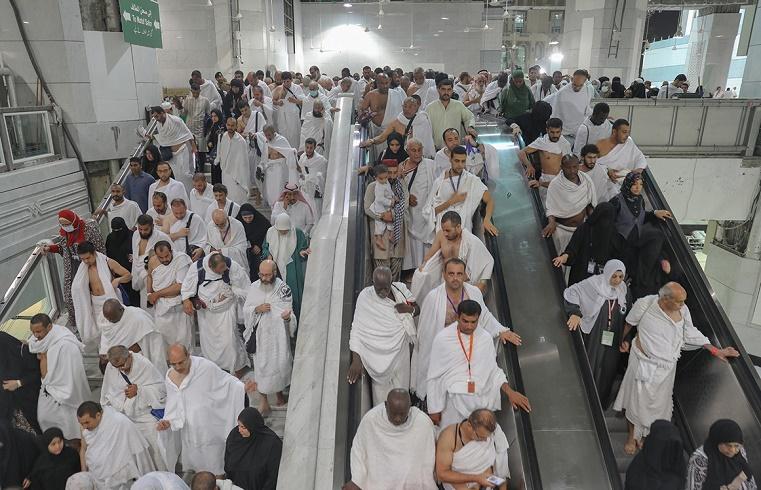 حجاج بيت الله الحرام يتوافدون إلى الحرم المكي لأداء طواف الإفاضة