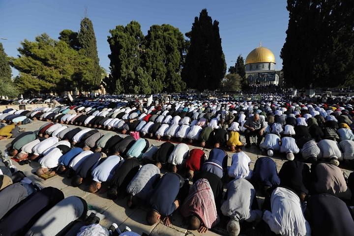 100ألف مصلٍ يؤدون صلاة عيد الأضحى في المسجد الأقصى