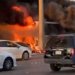شاهد.. احتراق سيارة اصطدمت بحافلة على طريق الملك عبد الله بالرياض