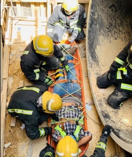 انتشال شخصين سقطا داخل منهل لتصريف السيول ببريدة