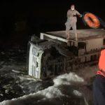 الدفاع المدني ينقذ شخصين احتجزت السيول سيارتهما في وادي شسع