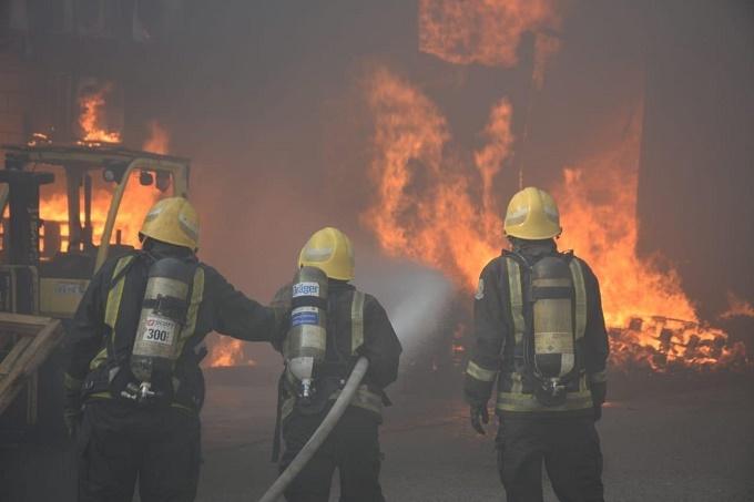 مدني جدة يباشر حريقاً اندلع في مستودع أقمشة بحي المحجر