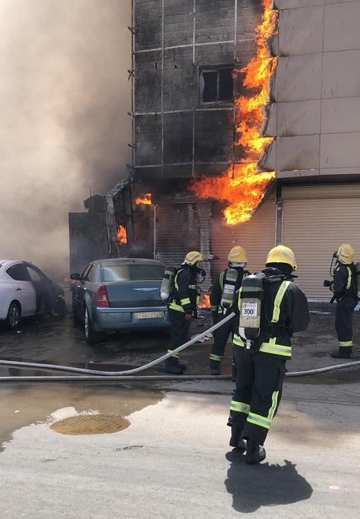 مدني بريدة: إخلاء (4) محتجزين في حريق مبنى سكني