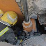 مدني حائل: إنقاذ مقيم انهارت صخور على معدة حفر كان يعمل بها