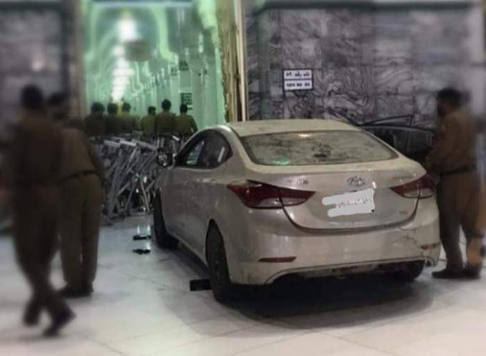 القبض على شخص ارتطم بسيارته في أحد أبواب المسجد الحرام