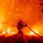 مدني تنومة يباشر حريقاً اندلع في جبل غُلامه بقرية الظهارة .. والفرق لا زالت تكافحه