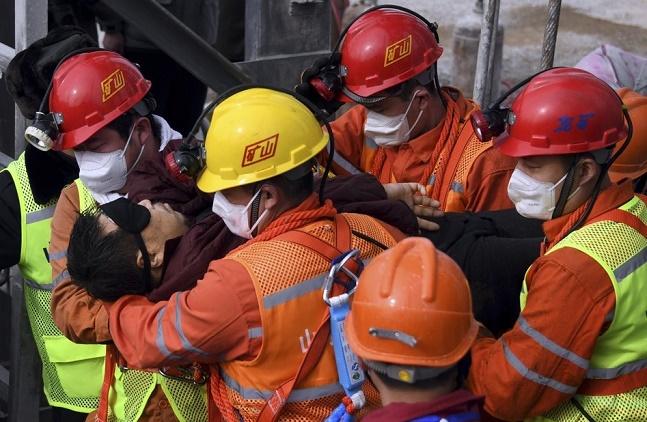 الصين: إنقاذ 11 عامل منجم من مجموعة عالقة تحت الأرض منذ أسبوعين