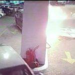 شاهد.. لحظة اصطدام امرأة بمحطة وقود في جدة