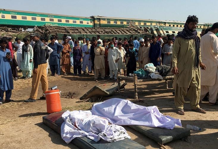 ارتفاع حصيلة ضحايا حادث تصادم القطارين في باكستان إلى 62 قتيلاً