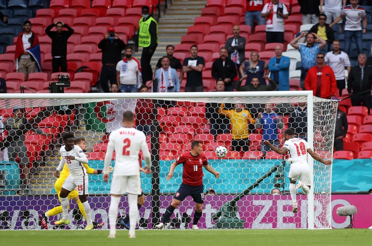 إنجلترا تصعق التشيك وتتصدر المجموعة الرابعة