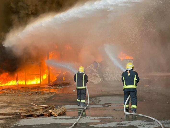 مدني الرياض يخمد حريقاً اندلع في مستودع دون وقوع إصابات